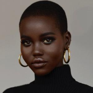 Adut Akech le mannequin de l'année 2019, à des cheveux courts et crépus